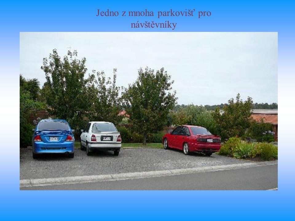 Jedno z mnoha parkovišť pro návštěvníky