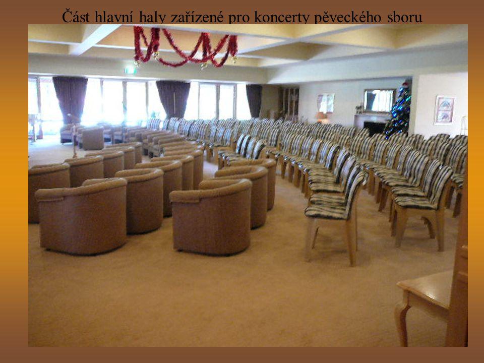 Část hlavní haly zařízené pro koncerty pěveckého sboru