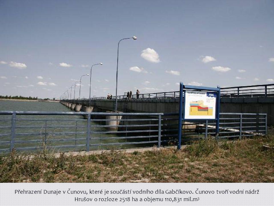 Přehrazení Dunaje v Čunovu, které je součástí vodního díla Gabčíkovo