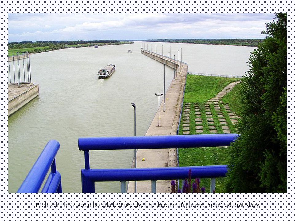 Přehradní hráz vodního díla leží necelých 40 kilometrů jihovýchodně od Bratislavy