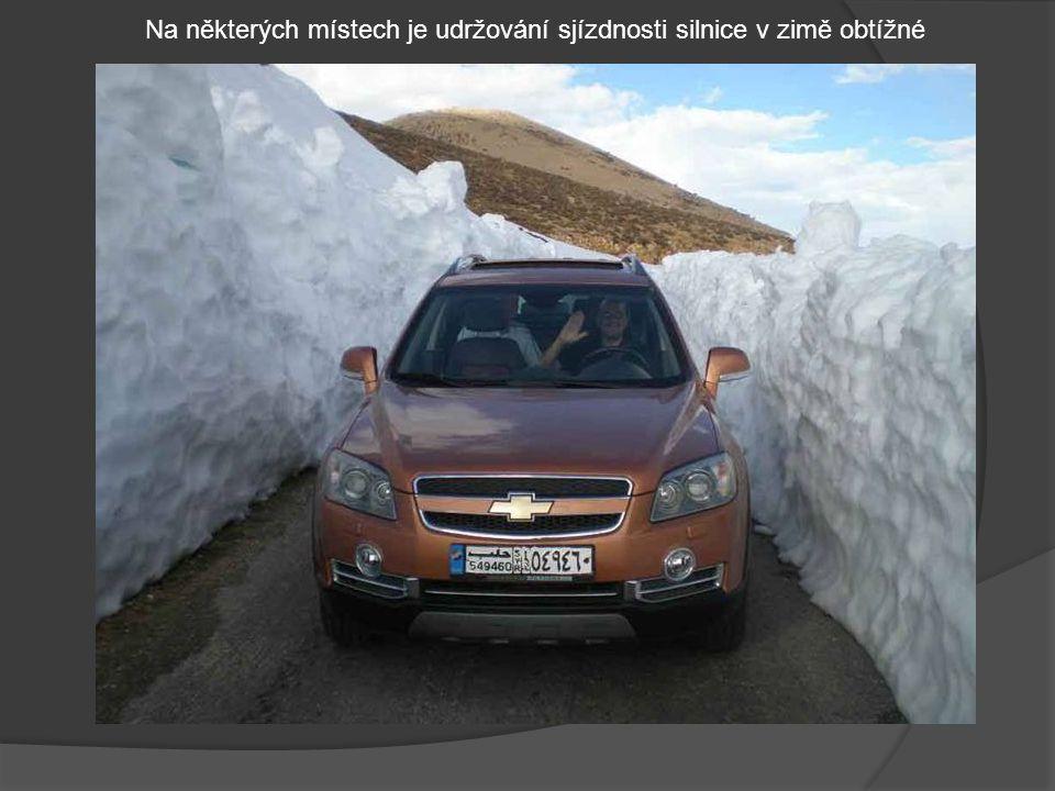 Na některých místech je udržování sjízdnosti silnice v zimě obtížné