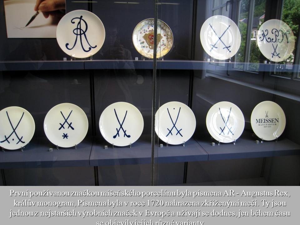 První používanou značkou míšeňského porcelánu byla písmena AR - Augustus Rex, králův monogram, Písmena byla v roce 1720 nahrazena zkříženými meči.