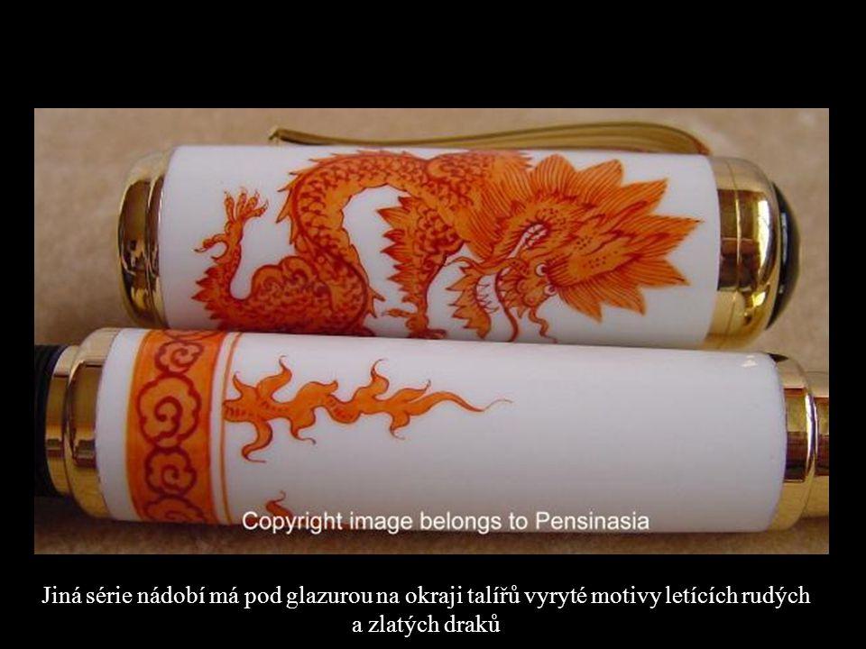 Jiná série nádobí má pod glazurou na okraji talířů vyryté motivy letících rudých a zlatých draků