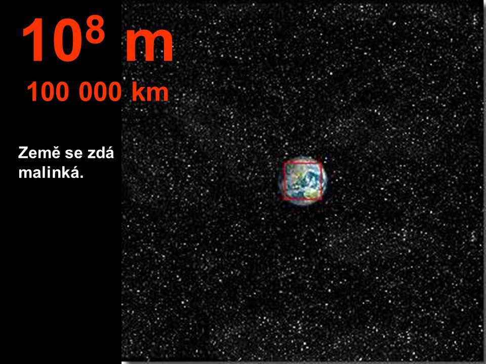 108 m 100 000 km Země se zdá malinká.