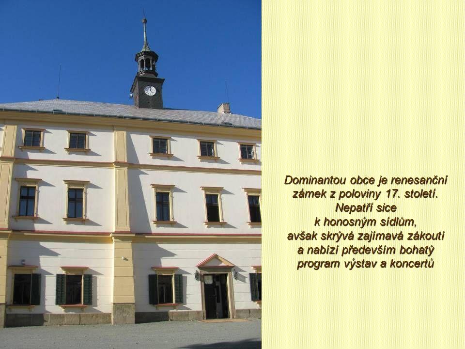 Dominantou obce je renesanční zámek z poloviny 17. století