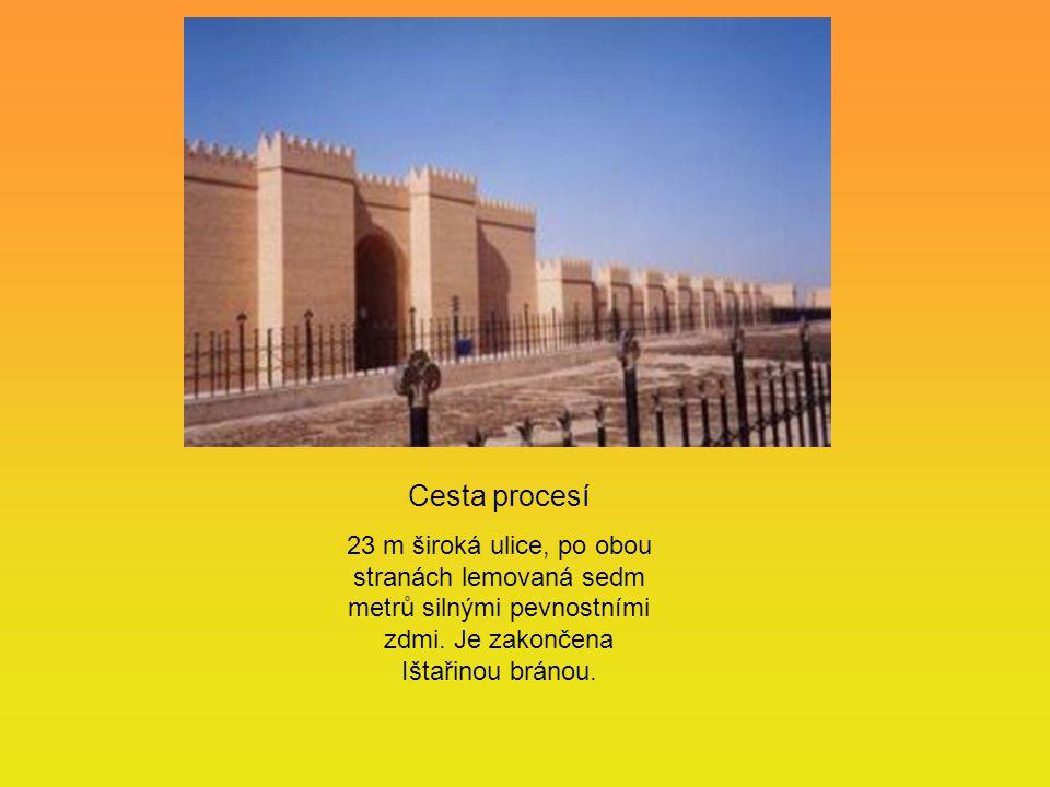 Cesta procesí 23 m široká ulice, po obou stranách lemovaná sedm metrů silnými pevnostními zdmi.