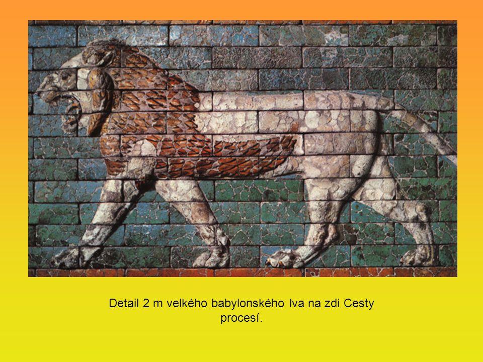 Detail 2 m velkého babylonského lva na zdi Cesty procesí.