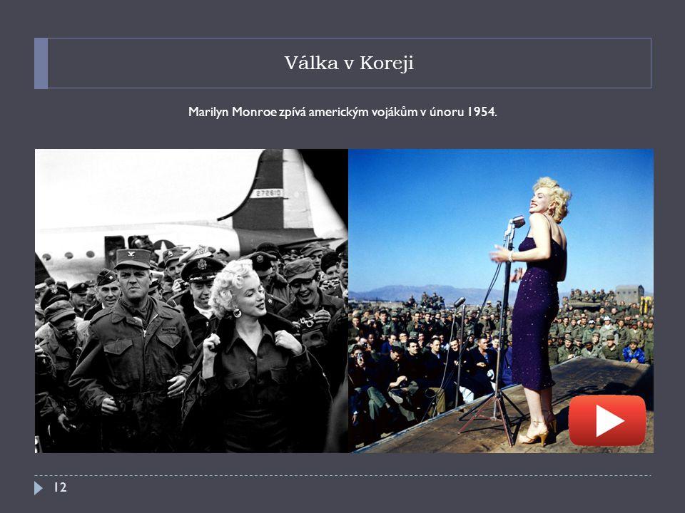 Marilyn Monroe zpívá americkým vojákům v únoru 1954.