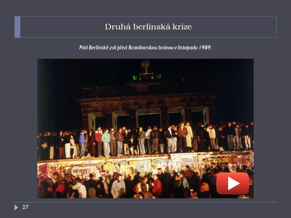 Pád Berlínské zdi před Braniborskou bránou v listopadu 1989.
