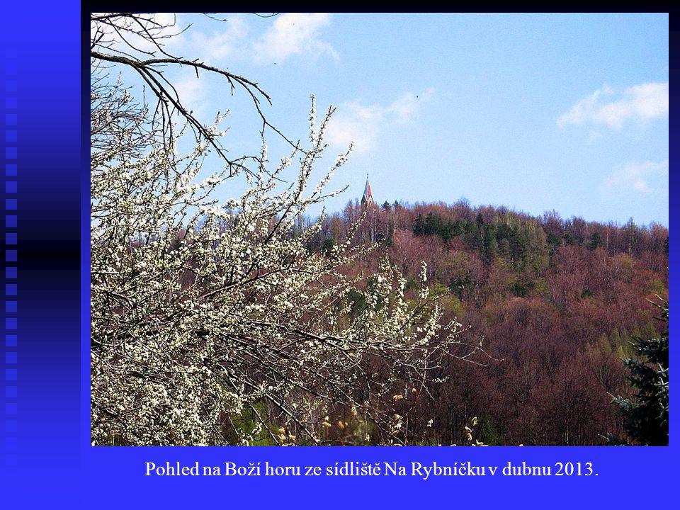 Pohled na Boží horu ze sídliště Na Rybníčku v dubnu 2013.