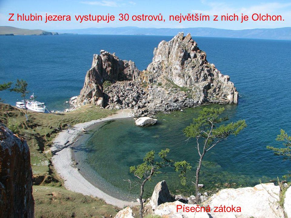 Z hlubin jezera vystupuje 30 ostrovů, největším z nich je Olchon.