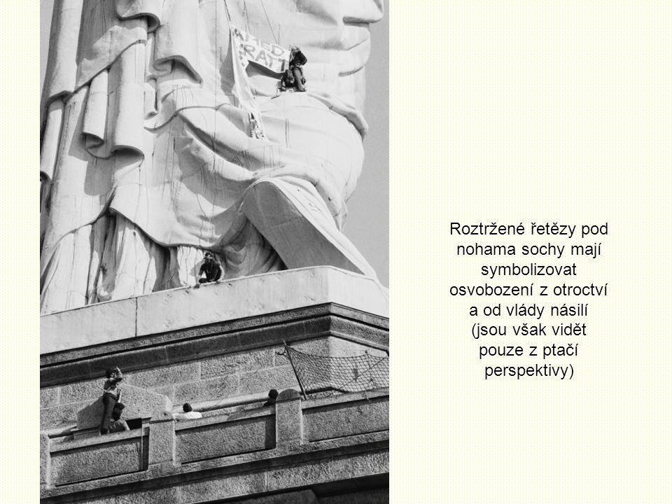Roztržené řetězy pod nohama sochy mají symbolizovat osvobození z otroctví a od vlády násilí (jsou však vidět pouze z ptačí perspektivy)