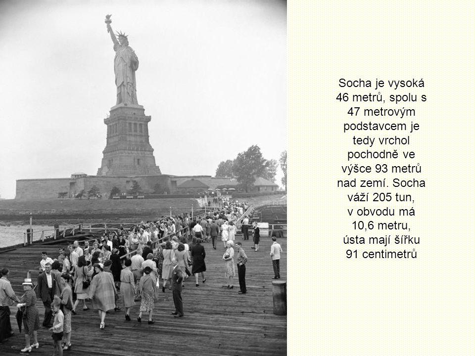 Socha je vysoká 46 metrů, spolu s 47 metrovým podstavcem je tedy vrchol pochodně ve výšce 93 metrů nad zemí.