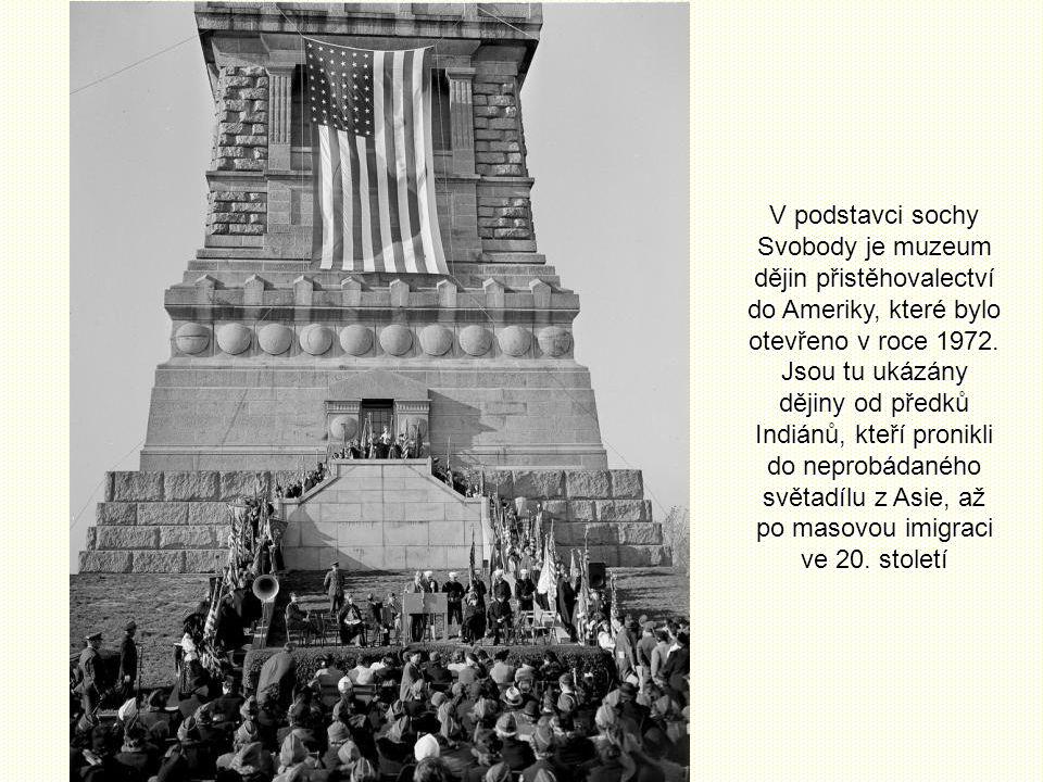 V podstavci sochy Svobody je muzeum dějin přistěhovalectví do Ameriky, které bylo otevřeno v roce 1972.