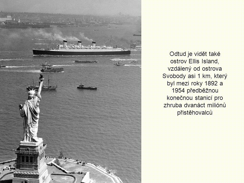 Odtud je vidět také ostrov Ellis Island, vzdálený od ostrova Svobody asi 1 km, který byl mezi roky 1892 a 1954 předběžnou konečnou stanicí pro zhruba dvanáct miliónů přistěhovalců