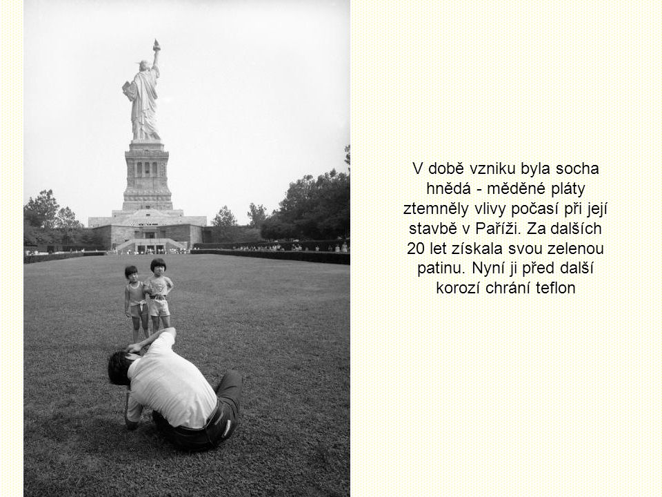 V době vzniku byla socha hnědá - měděné pláty ztemněly vlivy počasí při její stavbě v Paříži.