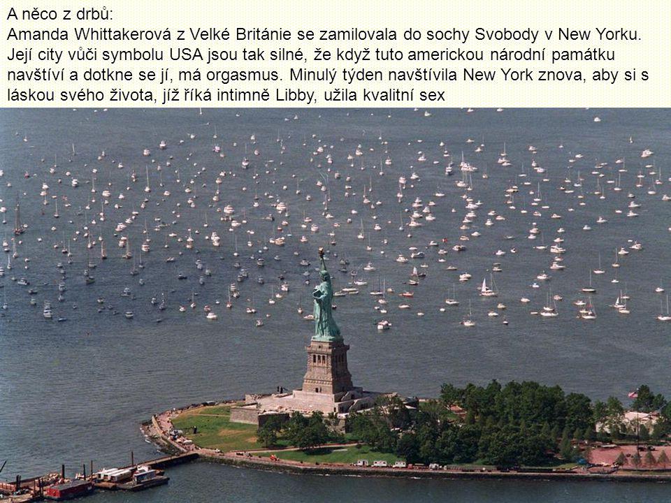 A něco z drbů: Amanda Whittakerová z Velké Británie se zamilovala do sochy Svobody v New Yorku.