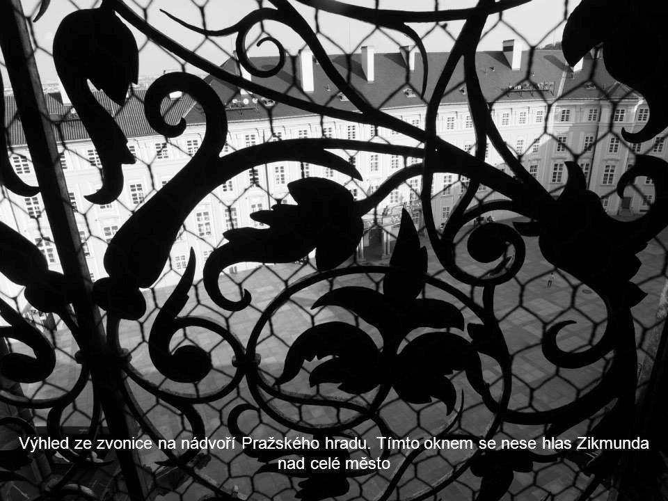 Výhled ze zvonice na nádvoří Pražského hradu
