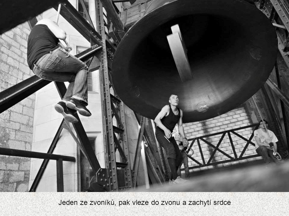 Jeden ze zvoníků, pak vleze do zvonu a zachytí srdce