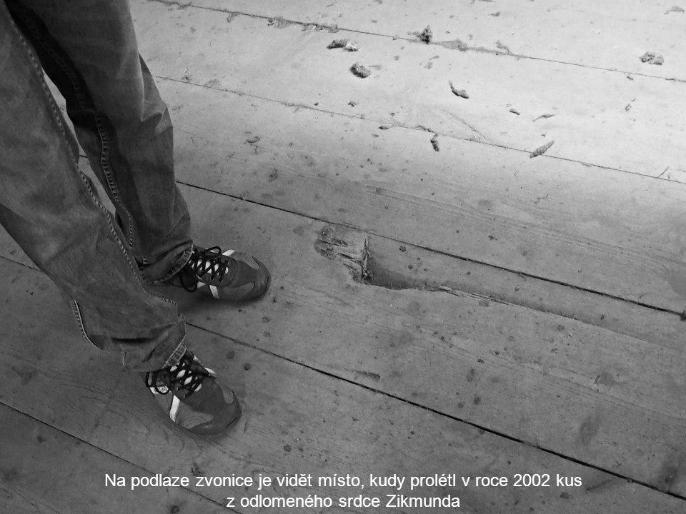 Na podlaze zvonice je vidět místo, kudy prolétl v roce 2002 kus z odlomeného srdce Zikmunda