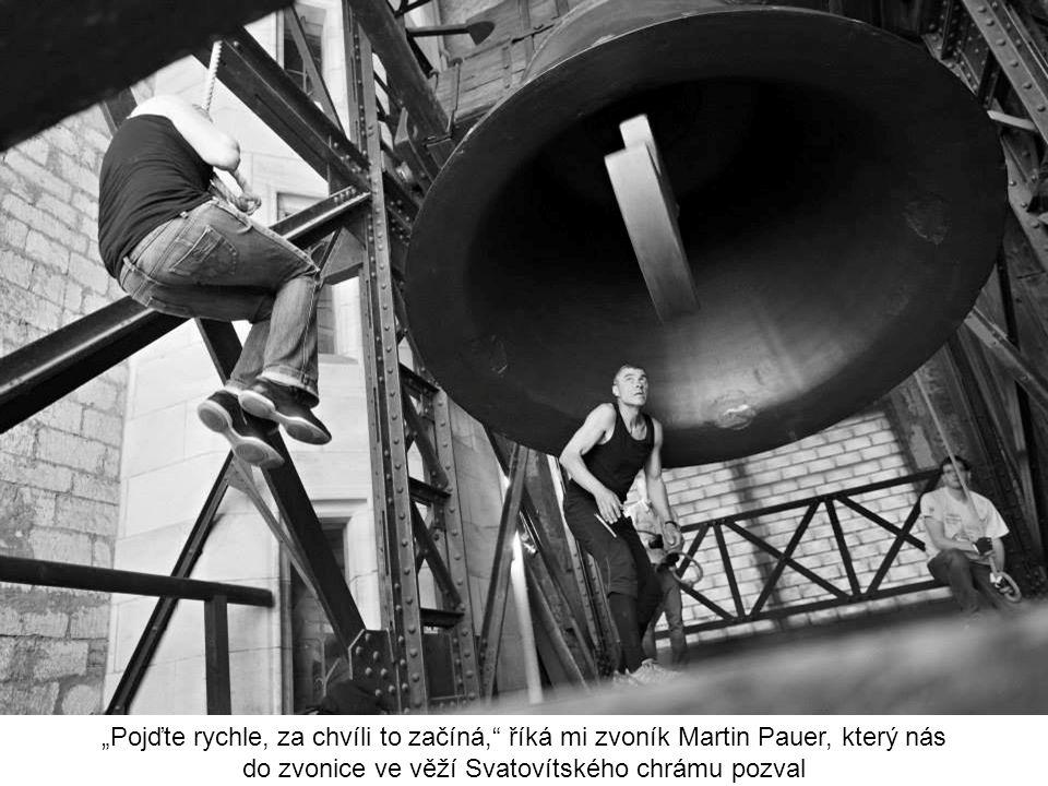 """""""Pojďte rychle, za chvíli to začíná, říká mi zvoník Martin Pauer, který nás do zvonice ve věží Svatovítského chrámu pozval"""