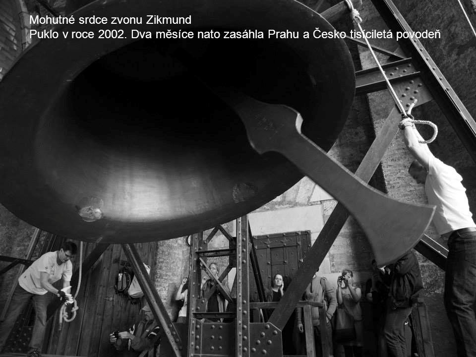 Mohutné srdce zvonu Zikmund Puklo v roce 2002