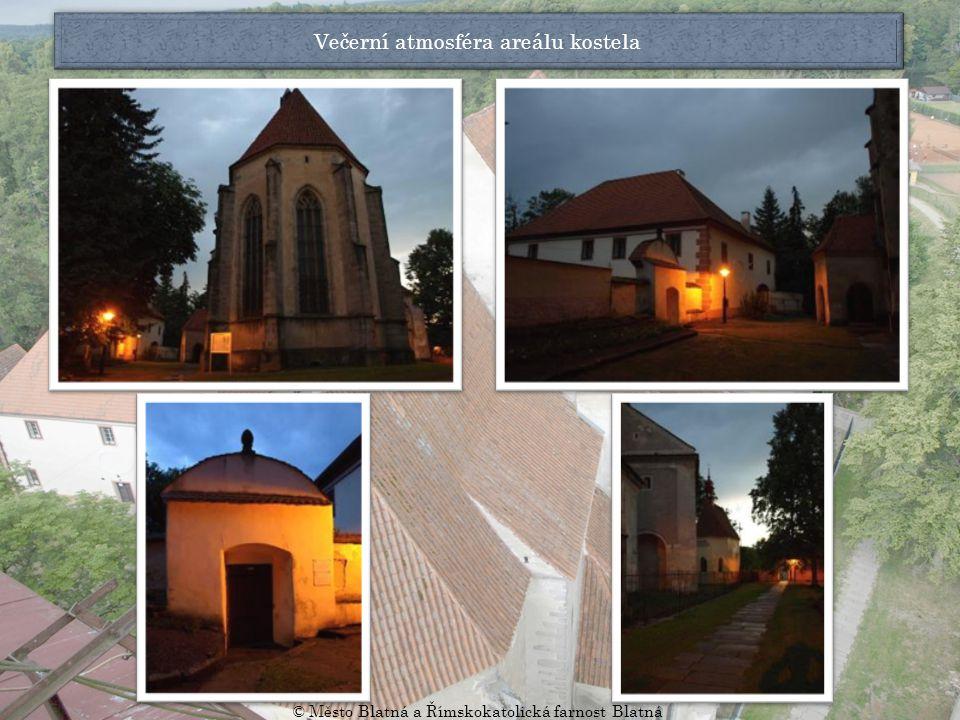 Večerní atmosféra areálu kostela