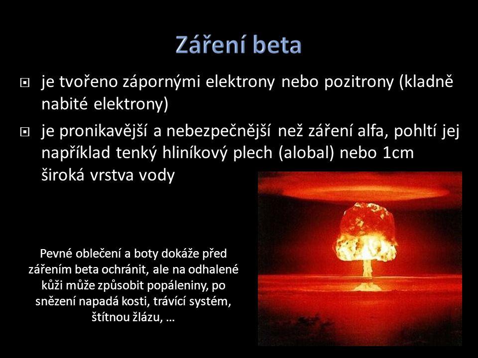 je tvořeno zápornými elektrony nebo pozitrony (kladně nabité elektrony)