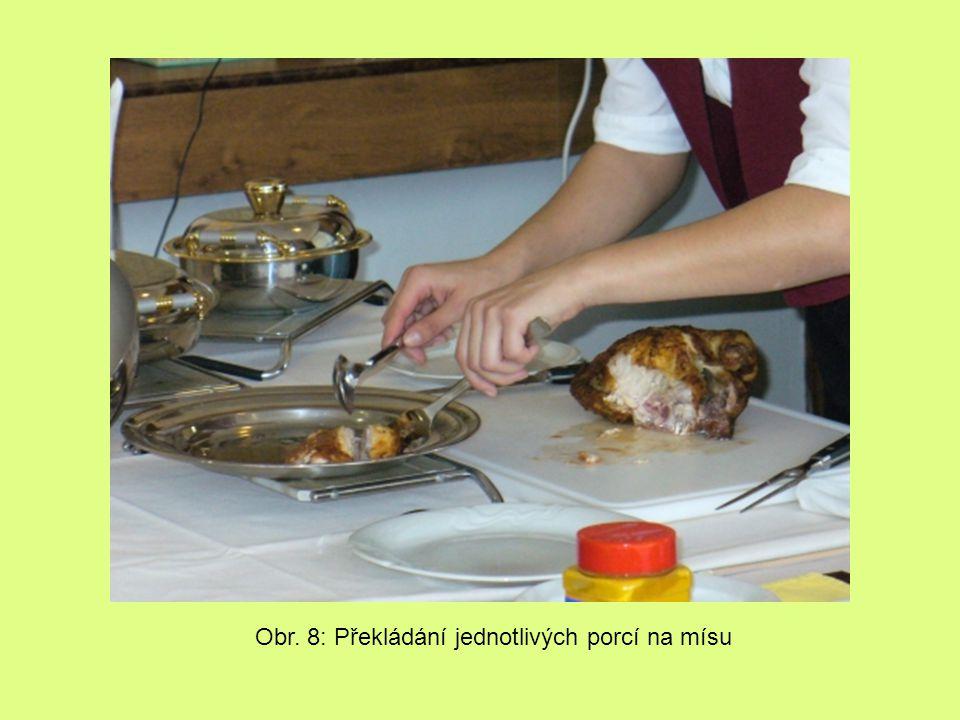 Obr. 8: Překládání jednotlivých porcí na mísu