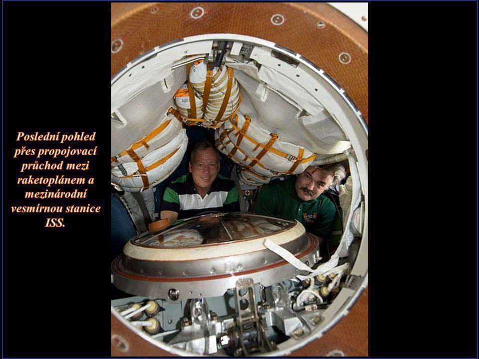 Poslední pohled přes propojovací průchod mezi raketoplánem a mezinárodní vesmírnou stanice ISS.