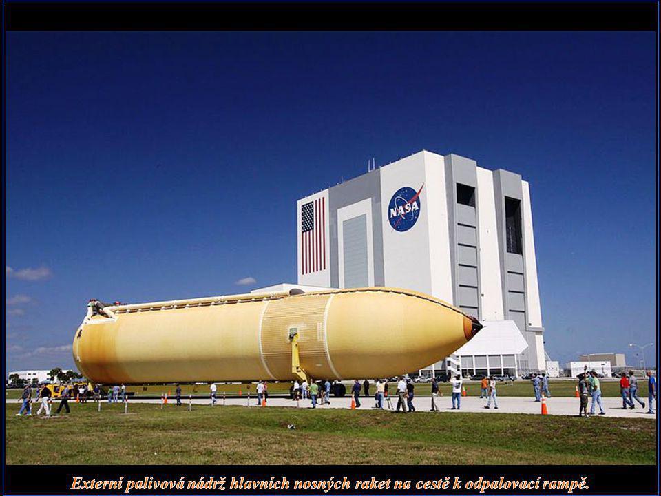 Externí palivová nádrž hlavních nosných raket na cestě k odpalovací rampě.