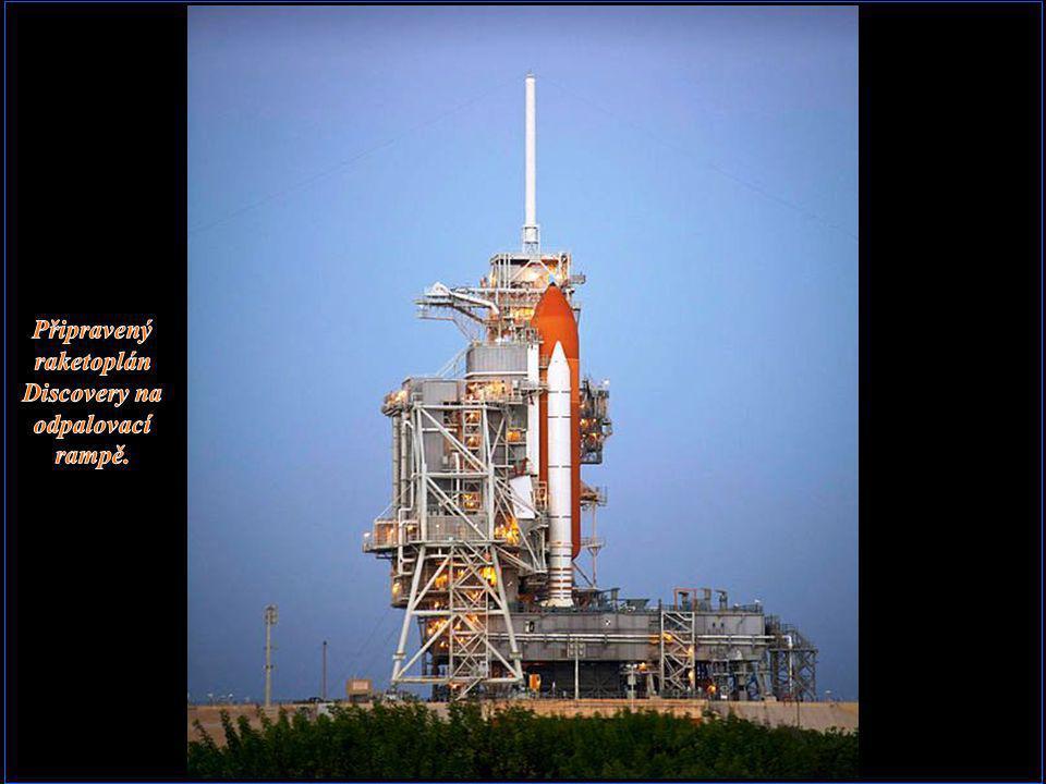 Připravený raketoplán Discovery na odpalovací rampě.