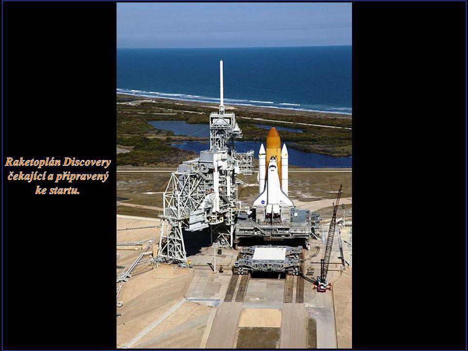Raketoplán Discovery čekající a připravený ke startu.