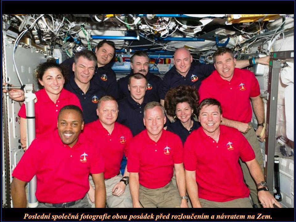 Poslední společná fotografie obou posádek před rozloučením a návratem na Zem.