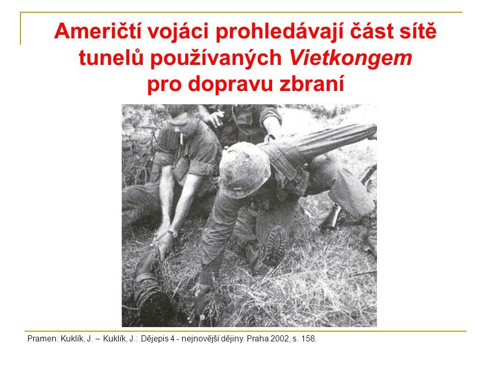 Američtí vojáci prohledávají část sítě tunelů používaných Vietkongem pro dopravu zbraní