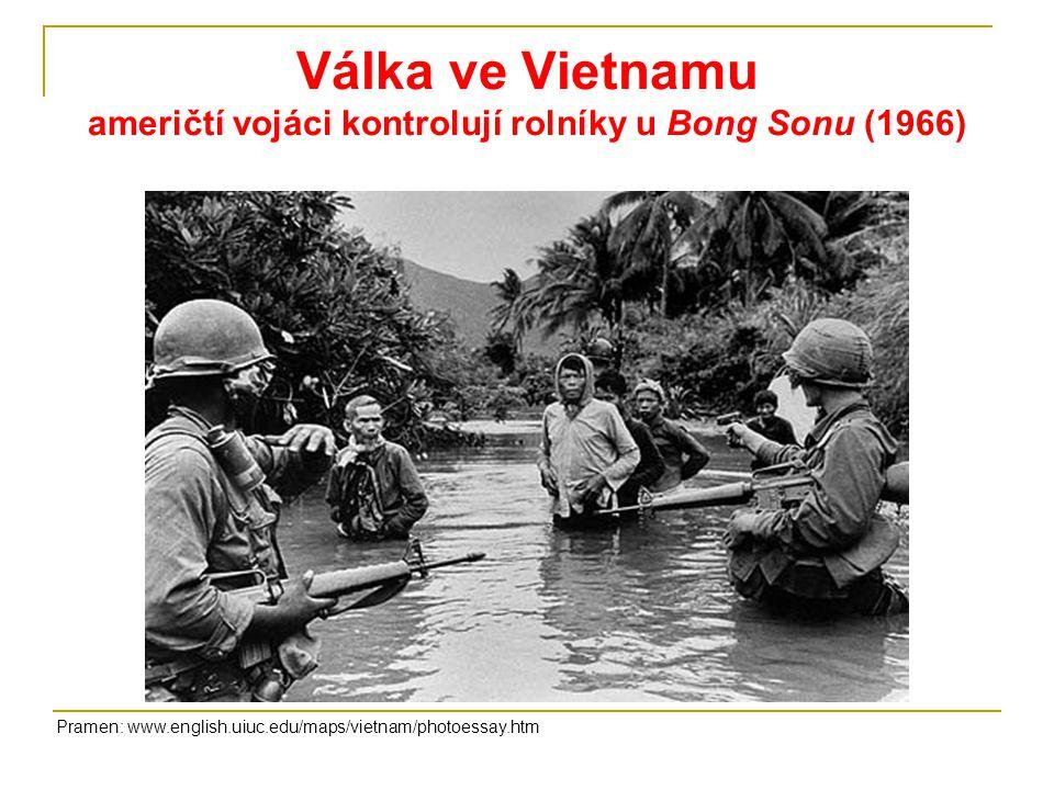 Válka ve Vietnamu američtí vojáci kontrolují rolníky u Bong Sonu (1966)