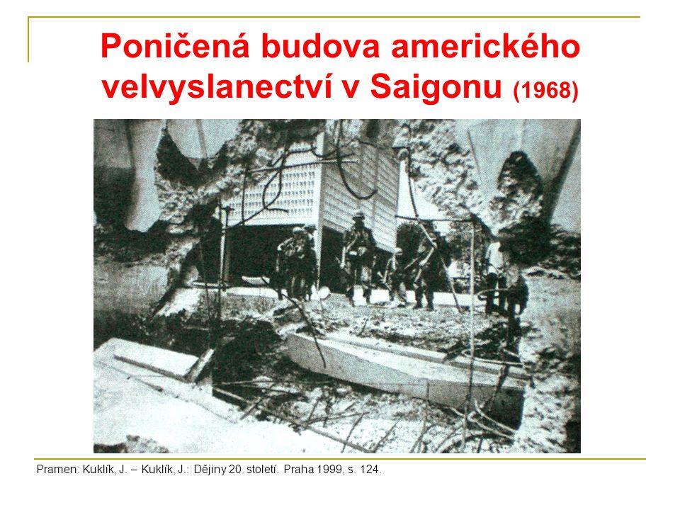 Poničená budova amerického velvyslanectví v Saigonu (1968)