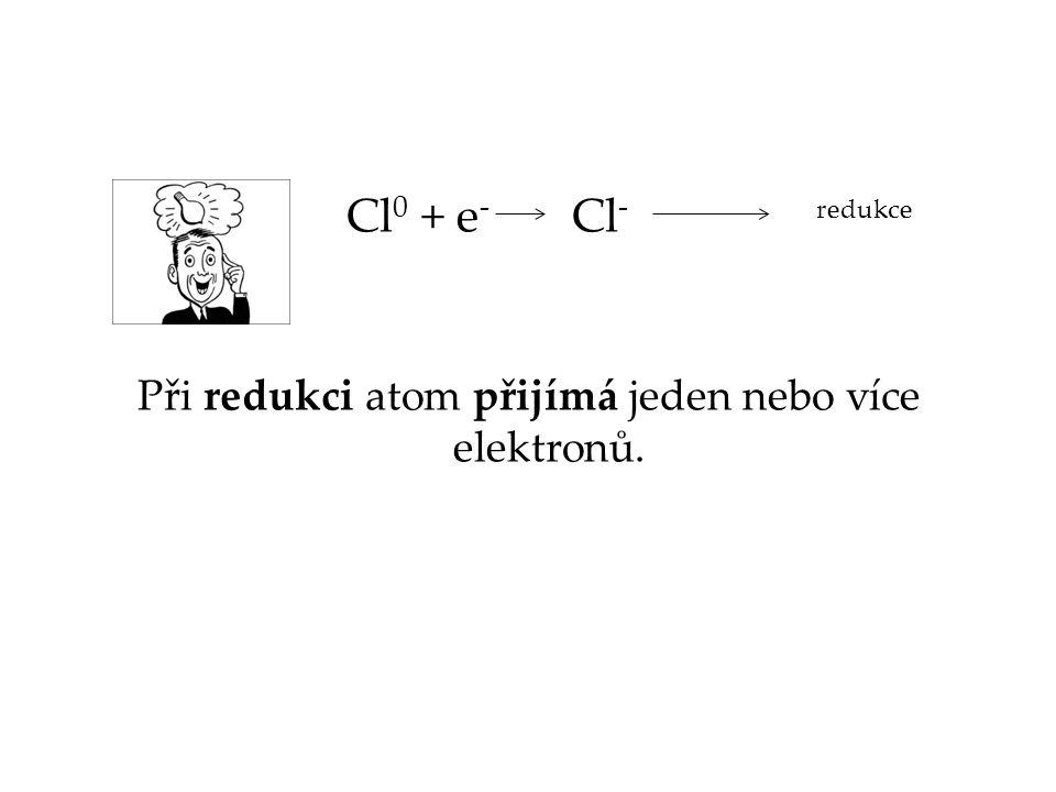Při redukci atom přijímá jeden nebo více elektronů.