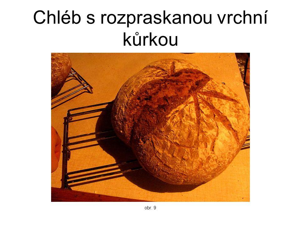 Chléb s rozpraskanou vrchní kůrkou