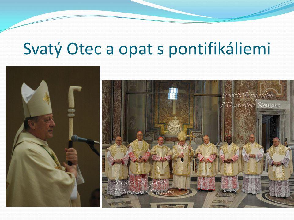 Svatý Otec a opat s pontifikáliemi
