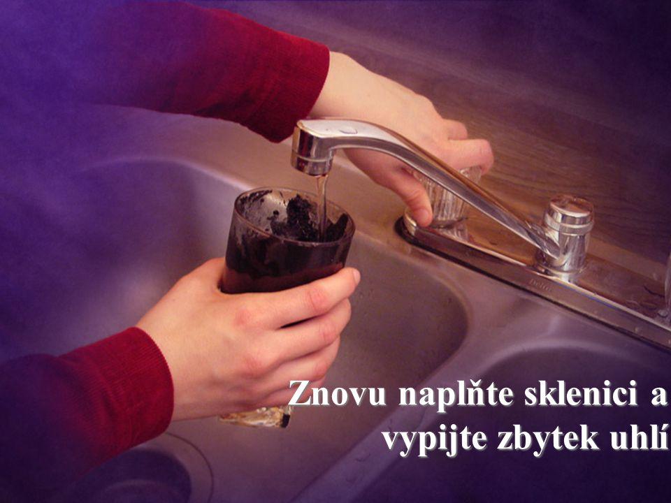 Znovu naplňte sklenici a vypijte zbytek uhlí