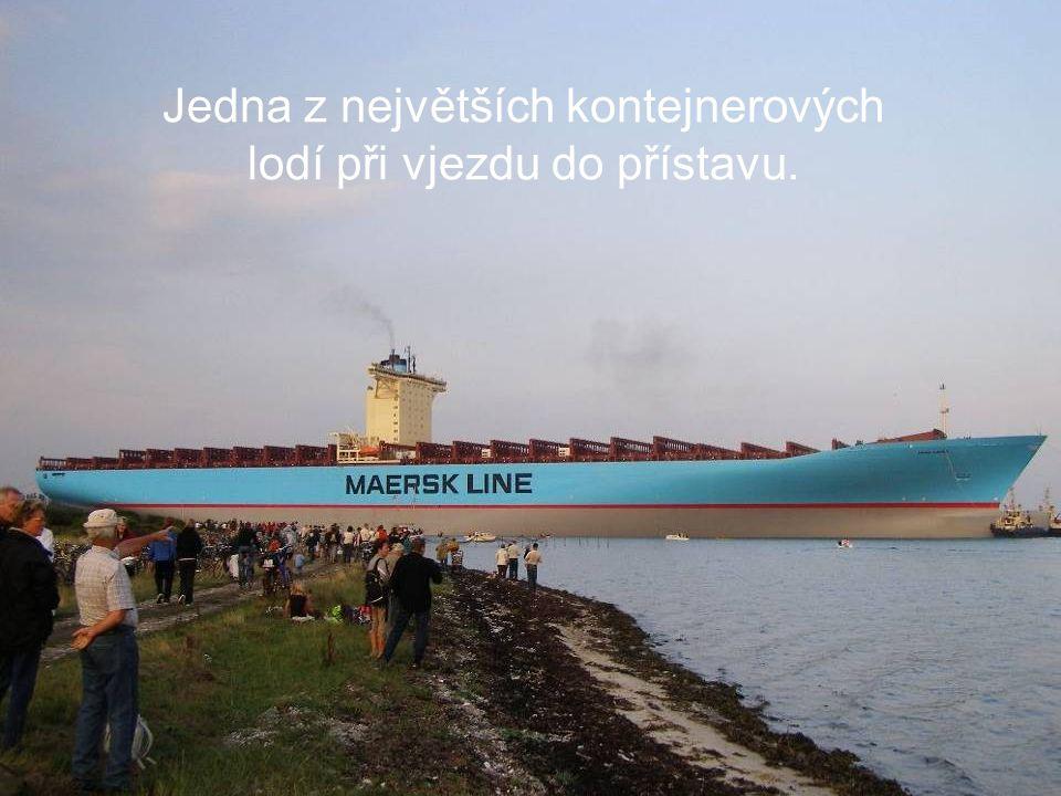 Jedna z největších kontejnerových lodí při vjezdu do přístavu.