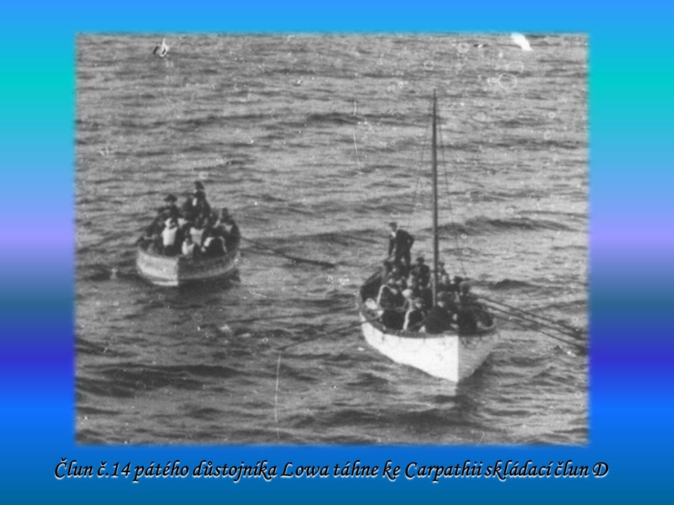 Člun č.14 pátého důstojníka Lowa táhne ke Carpathii skládací člun D