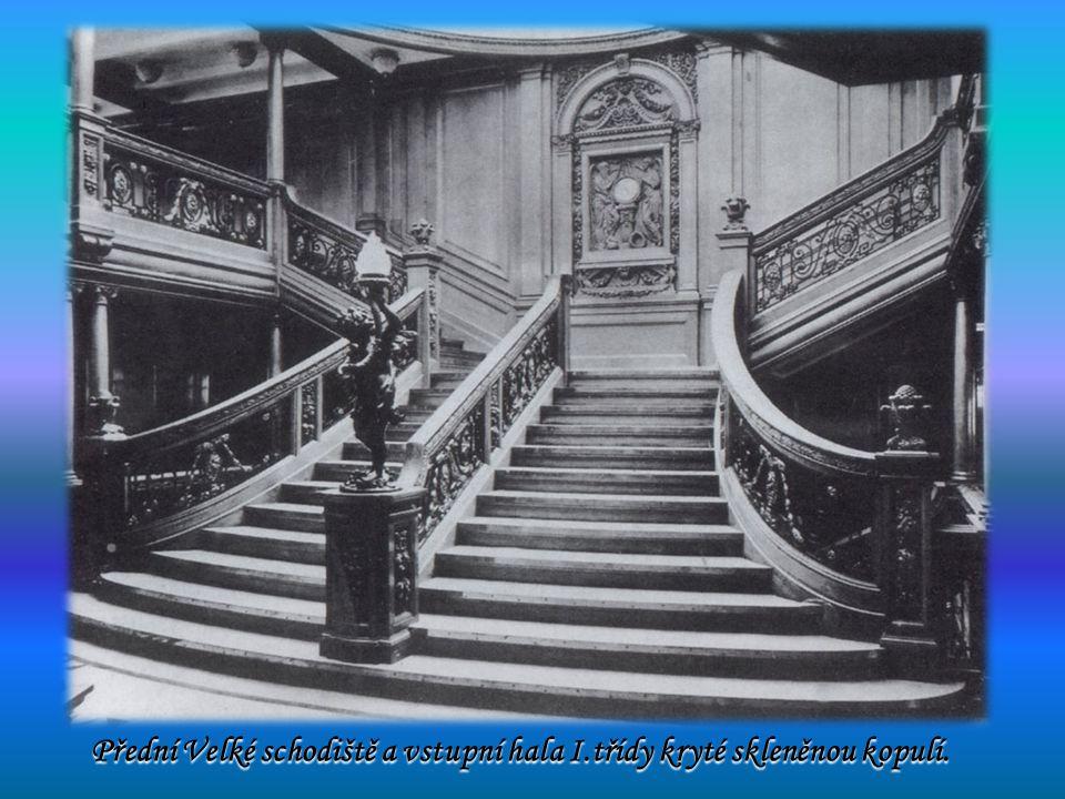 Přední Velké schodiště a vstupní hala I.třídy kryté skleněnou kopulí.
