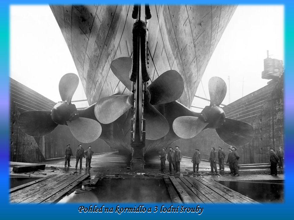 Pohled na kormidlo a 3 lodní šrouby