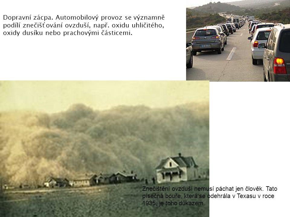 Dopravní zácpa. Automobilový provoz se významně podílí znečišťování ovzduší, např. oxidu uhličitého, oxidy dusíku nebo prachovými částicemi.