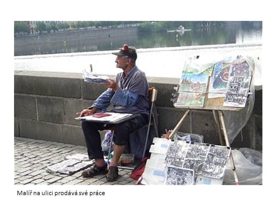 Malíř na ulici prodává své práce