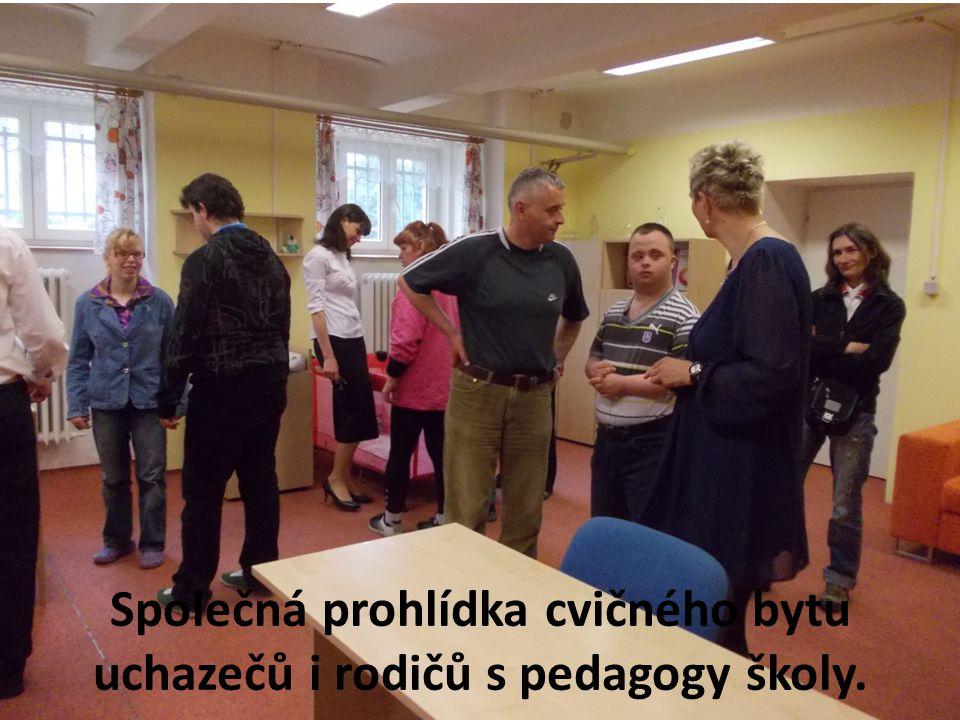 Společná prohlídka cvičného bytu uchazečů i rodičů s pedagogy školy.