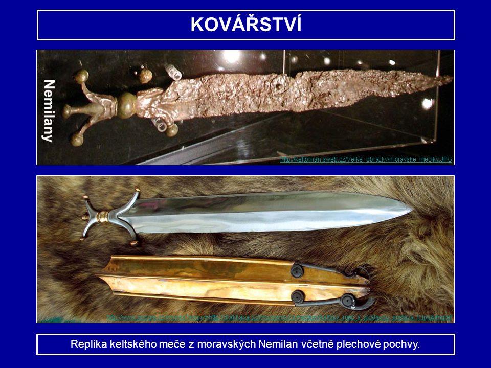 Replika keltského meče z moravských Nemilan včetně plechové pochvy.
