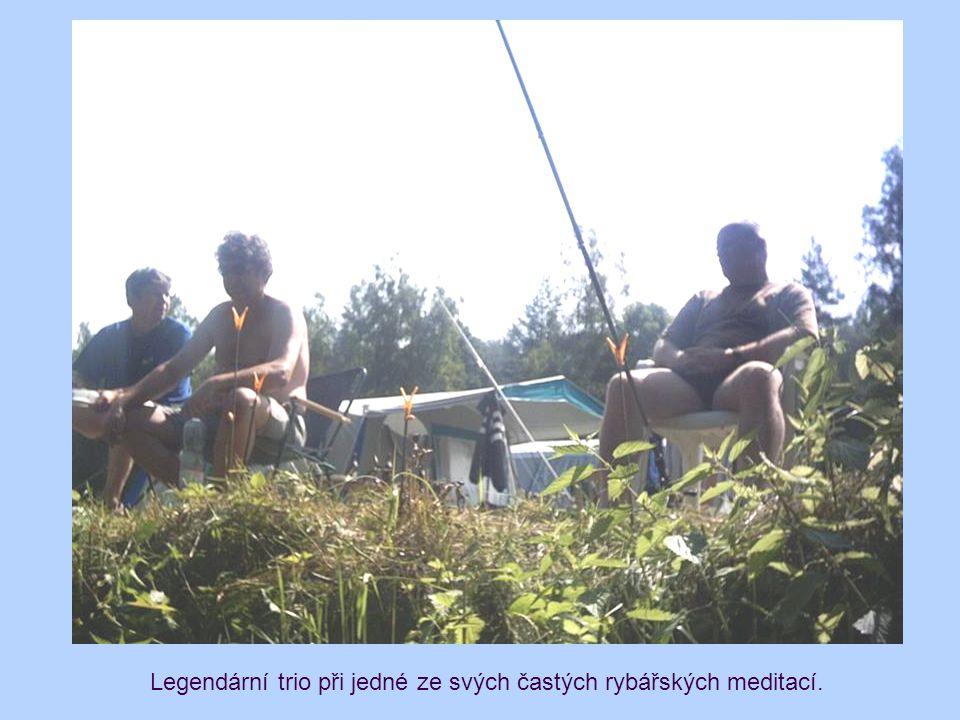 Legendární trio při jedné ze svých častých rybářských meditací.